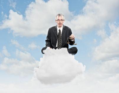 uomo su una nuvola con bilancia in mano