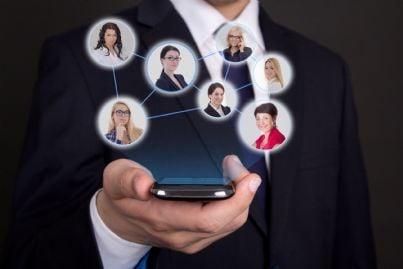 uomo affari con telefono in mano concetto rete sociale
