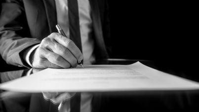 avvocato che firma un atto