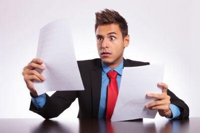 avvocato che rimane sorpreso leggendo documenti