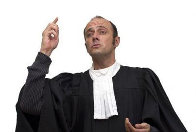 avvocato indossa la toga in tribunale