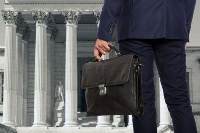 avvocato con la sua borsa davanti al tribunale