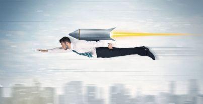 uomo affari sorvola cielo a bordo di un razzo