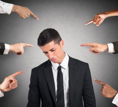 avvocato indicato con le dita come colpevole