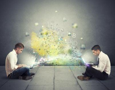 due uomini con computer collegato a internet