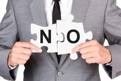 avvocato uomo che dice di no con puzzle