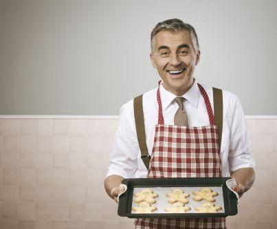 uomo di affari in grembiule con vassoio di biscotti