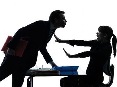 uomo che molesta collega in ufficio