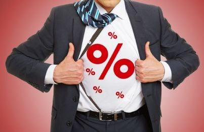 uomo con percentuale di sconto sulla camicia concetto affari