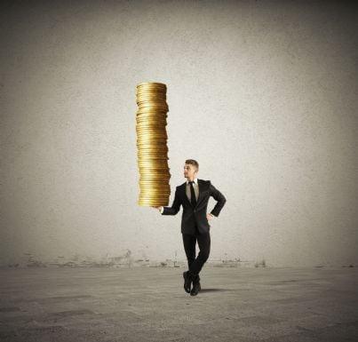 uomo regge con una mano una pila di soldi
