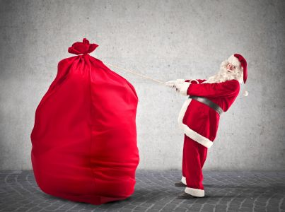 babbo natale che trasporta un grande sacco pieno di doni