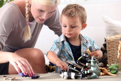 babysitter che gioca con bambino