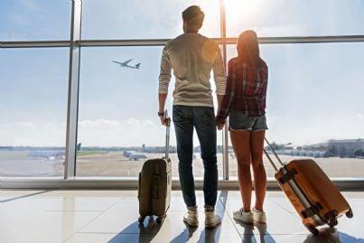 giovani attendono il loro aereo con bagagli a mano