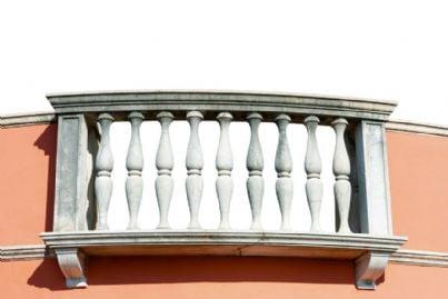 Balconi in condominio: chi paga le spese per l`intonaco?