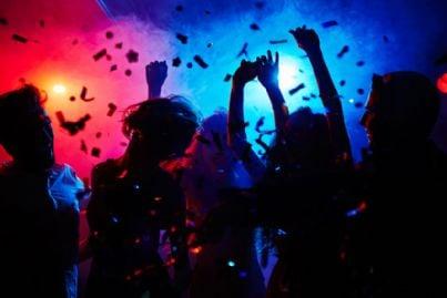 discoteca con sagome di ballerini in movimento