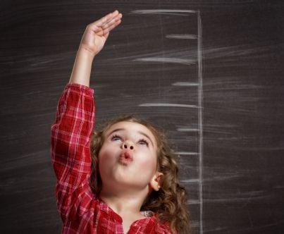 bambina mostra crescita in una scala