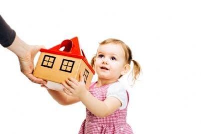 bambina riceve casa in regalo