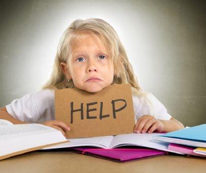 bambina chiede aiuto per i compiti di scuola