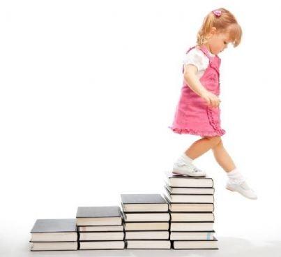 bambina rischia di cadere da pila di libri
