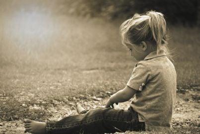Bambina seduta