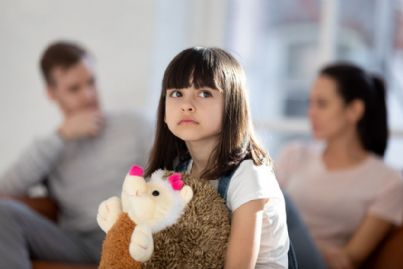 bambina triste per divorzio genitori