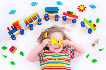 bambina che gioca all'asilo