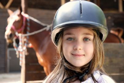 bambina che va a cavallo