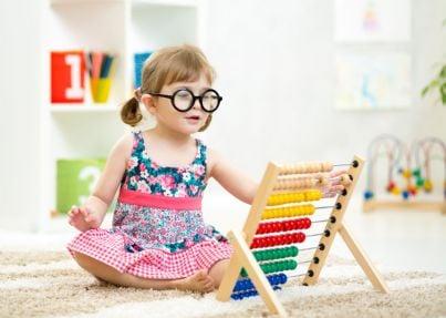 bambina che fa i conti con abaco
