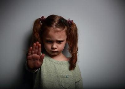 bambina che dice stop a violenza