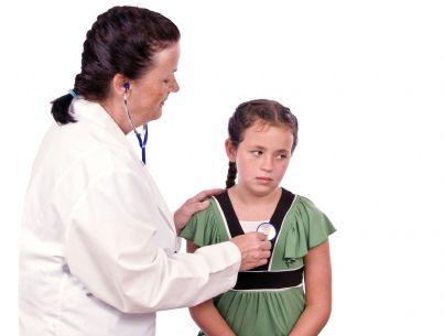 bambina triste visitata dal medico