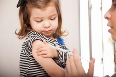 medico che somministra vaccino a bambina