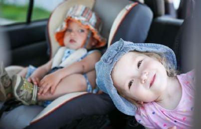 bambini in auto con seggiolini