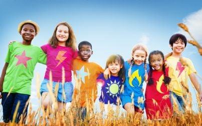 bambini di diversa nazionalità che giocano insieme
