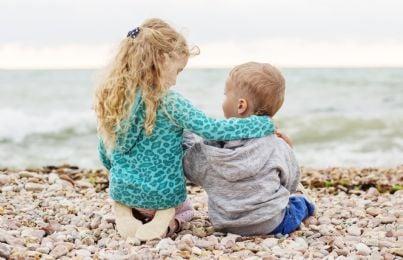 due bambini che giocano sulla spiaggia