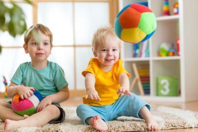 bambini giocano in asilo nido