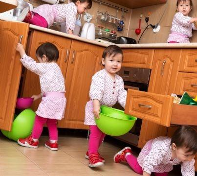 bambini che giocano da soli in cucina