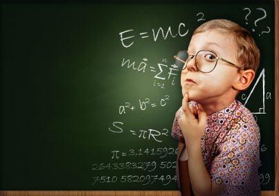 bambino piccolo genio che fa conti a scuola