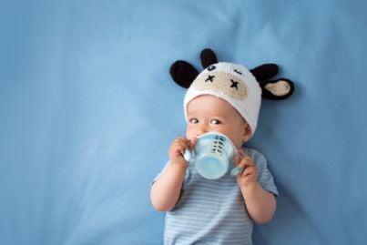 bambino con cappello e biberon