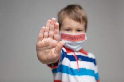 bambino con mascherina contro coronavirus