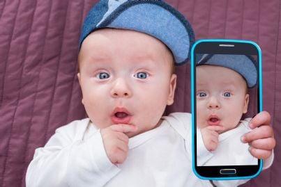 bambino fa selfie col telefono