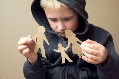 bambino confuso guarda figure padre madre concetto divorzio
