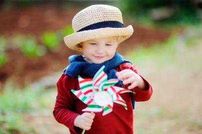 bambino gioca con girandola con colori bandiera italiana