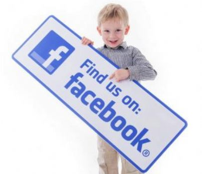 bambino mostra cartello like su facebook
