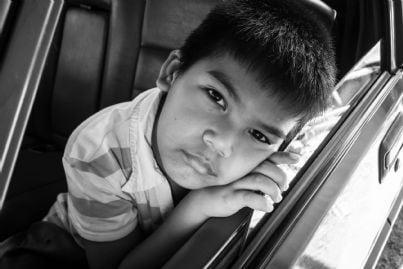 bambino da solo in auto con viso triste