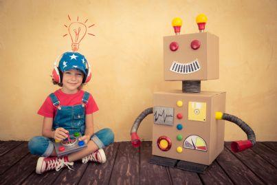 bambino che gioca con smart toys