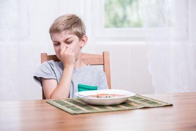 bambino rifiuta minestra di verdure