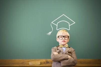bambino vestito come un futuro avvocato