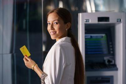 Carte di credito. Da oggi addio ai costi extra per i cittadini europei