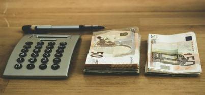 soldi e calcolatrice sul tavolo