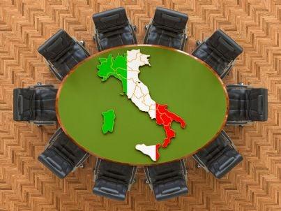 bandiera italiana su tavolo meeting